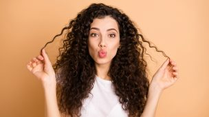 mulher fazendo biquinho segurando os cabelos