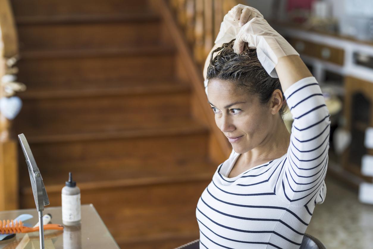 mulher pintando os próprios cabelos