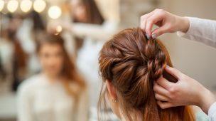 coque em mulher de cabelos castanhos