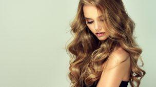 mulher com cabelos loiros olhando para baixo