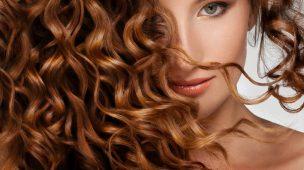 mulher com os cabelos castanho encaracolado