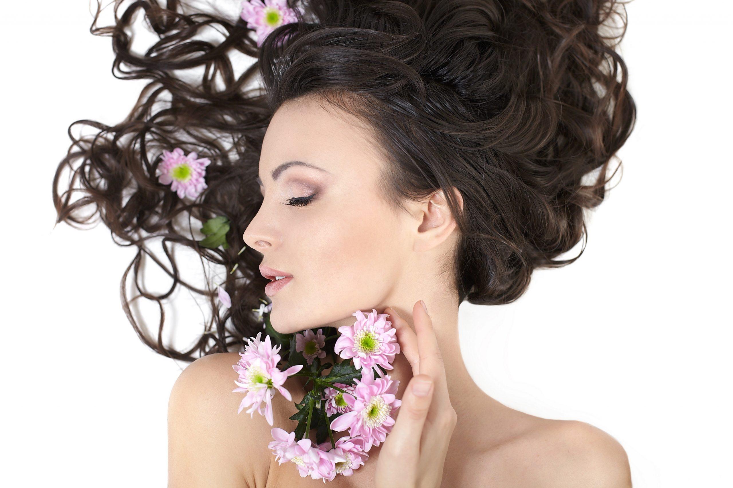 mulher deitada com os soltos e flores próximo do pescoço