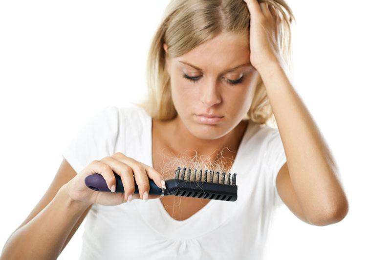Quais são os efeitos na saúde causados pela queda de cabelo