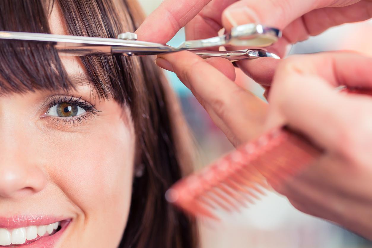mulher sorrindo, cabelereiro cortando a franja