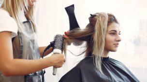 cabelereira fazendo escova em mulher loira