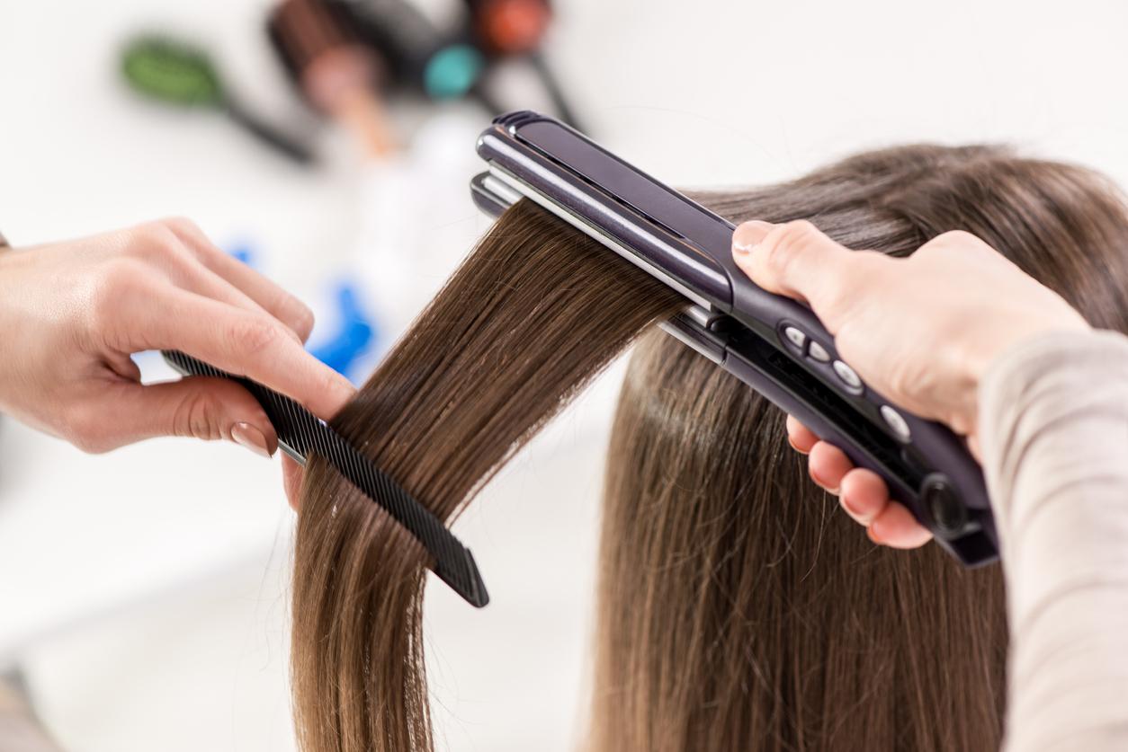 cabelereira fazendo chapinha na cliente