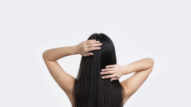 mulher de costas com o cabelo preto liso