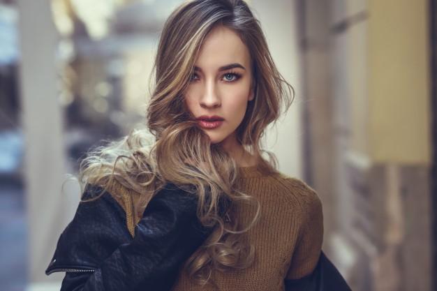 mulher de cabelo castanho liso sobre os ombros