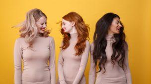 tres mulheres, uma loira, uma morena, uma loira sacudindo os cabelos