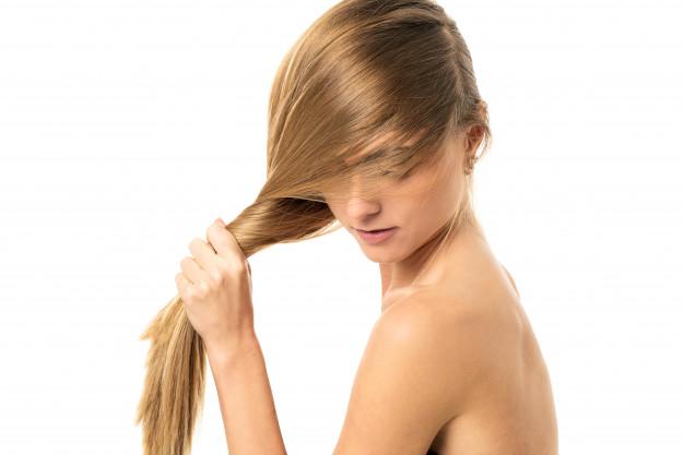 mulher torcendo os cabelos loiros