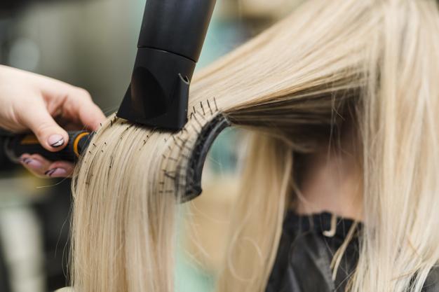 escovando cabelo loiro