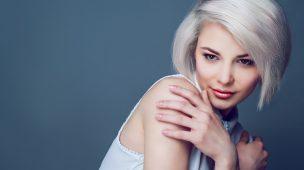 mulher de cabelo curto loiro platinado