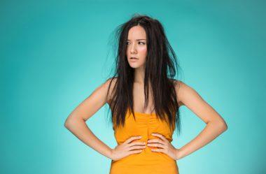 O que causa o frizz do cabelo?