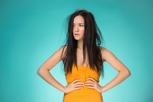 mulher brava com os cabelos desorganizados