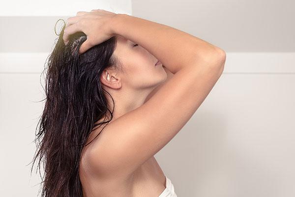 massageie o couro cabeludo