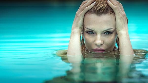 a piscina pode deixar o cabelo verde