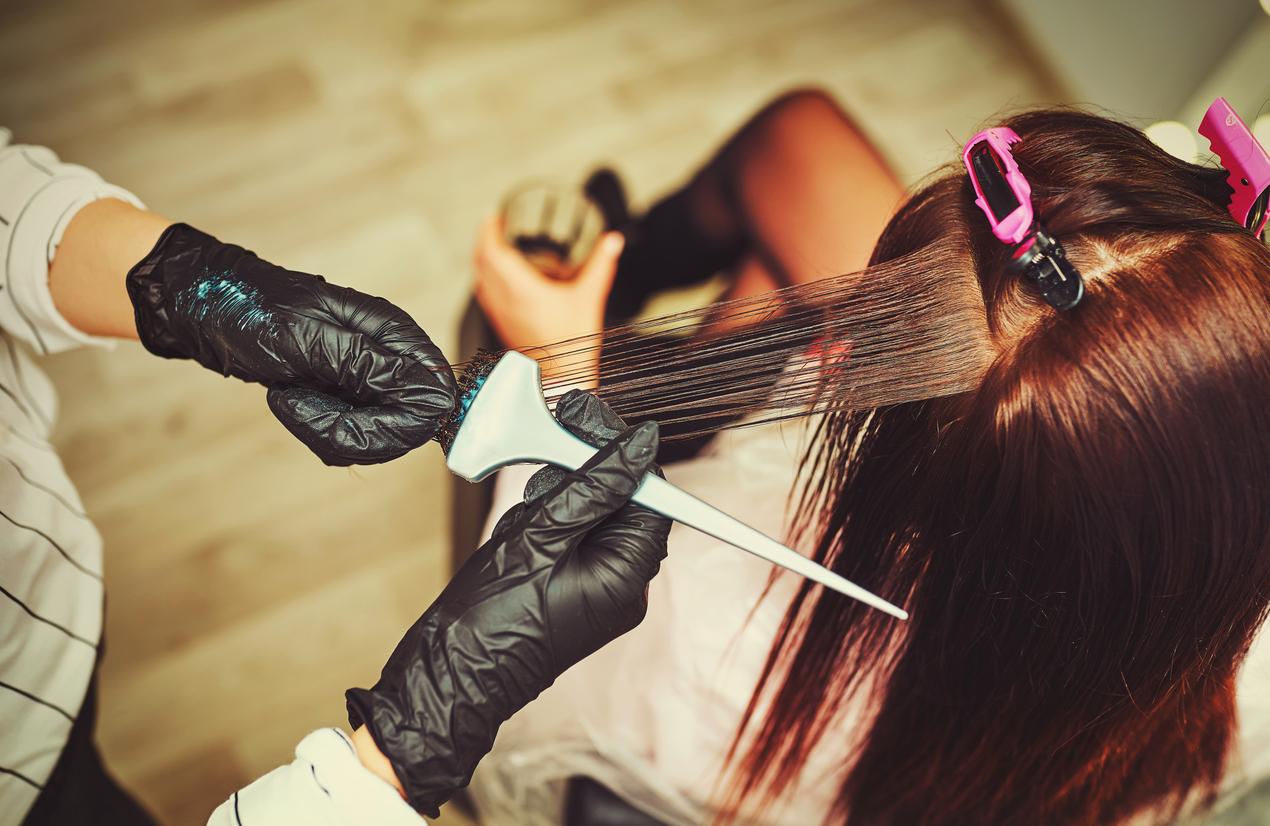 Deixar a tinta no cabelo mais tempo faz a cor ficar mais intensa