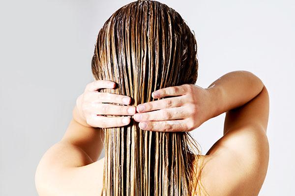 cuidados-cabelos-com-luzes-faca-hidratacao-regularmente