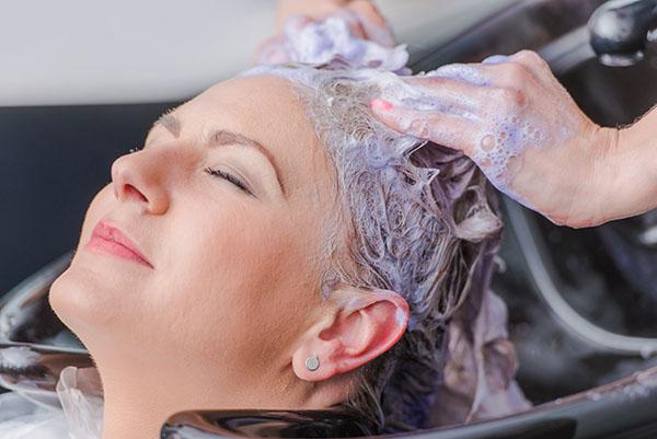 cuidados-cabelos-com-luzes-use-shampoo-e-condicionador-proprio-para-cabelo-com-luzes