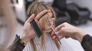 cabelereiro cortando cabelo com a tesoura