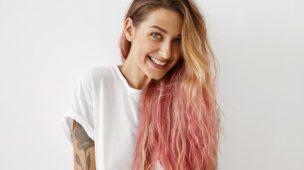 mulher loira com cabelos rosados e tatuagem