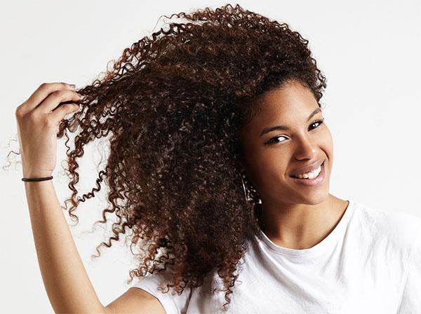 cachos-naturais-escolha-shampoo-adequado-cabelo-cacheado