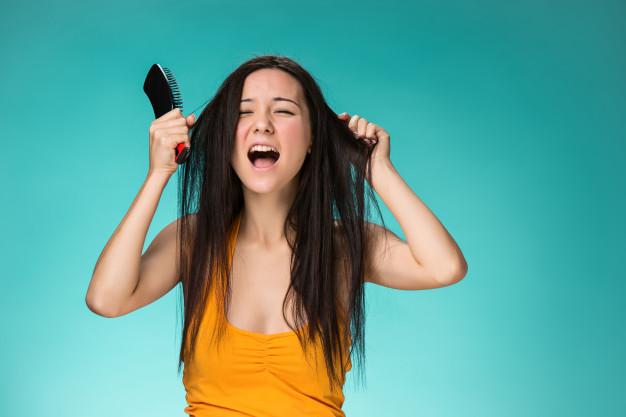 mulher puxando os próprios cabelos