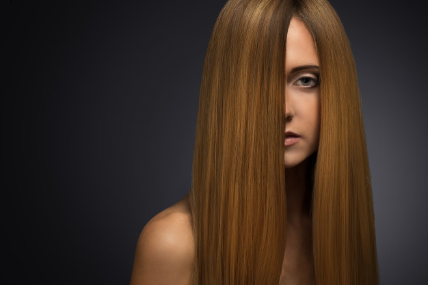 mulher loira com o cabelo em cima do rosto