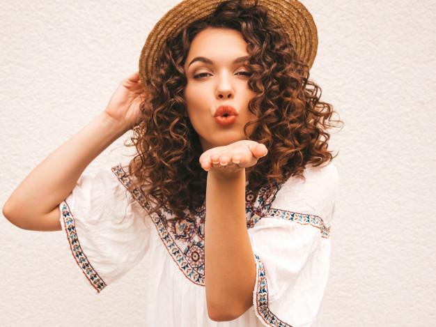moça de chapéu mandando beijo