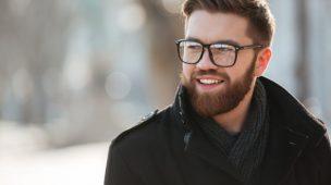 homem branco de óculos e barba de blusa
