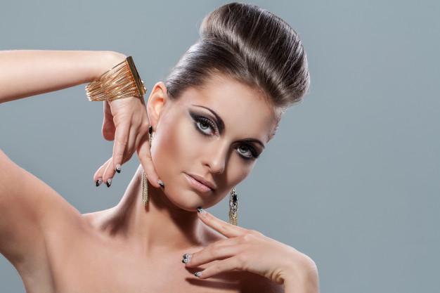 mulher com cabelo ousado usando joias