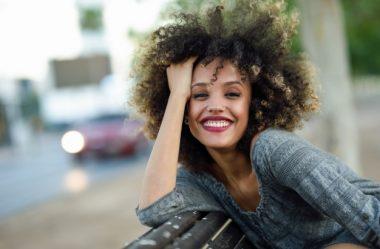 Descubra os segredos para descolorir cabelos cacheados