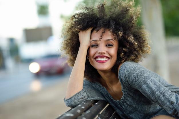mulher negra linda sorrindo cabelo solto