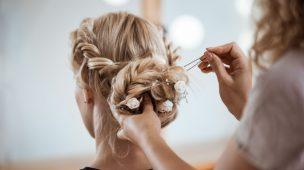 mulher com coque de casamento e flores