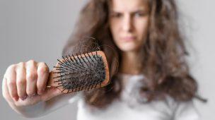 mulher brava com cabelos em sua escova