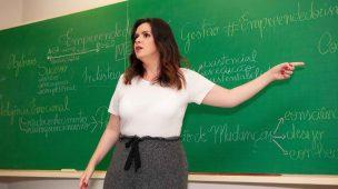 professora de empreendedorismo apontando para lousa