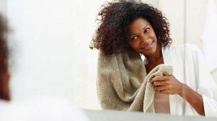 mulher negra secando os cabelos