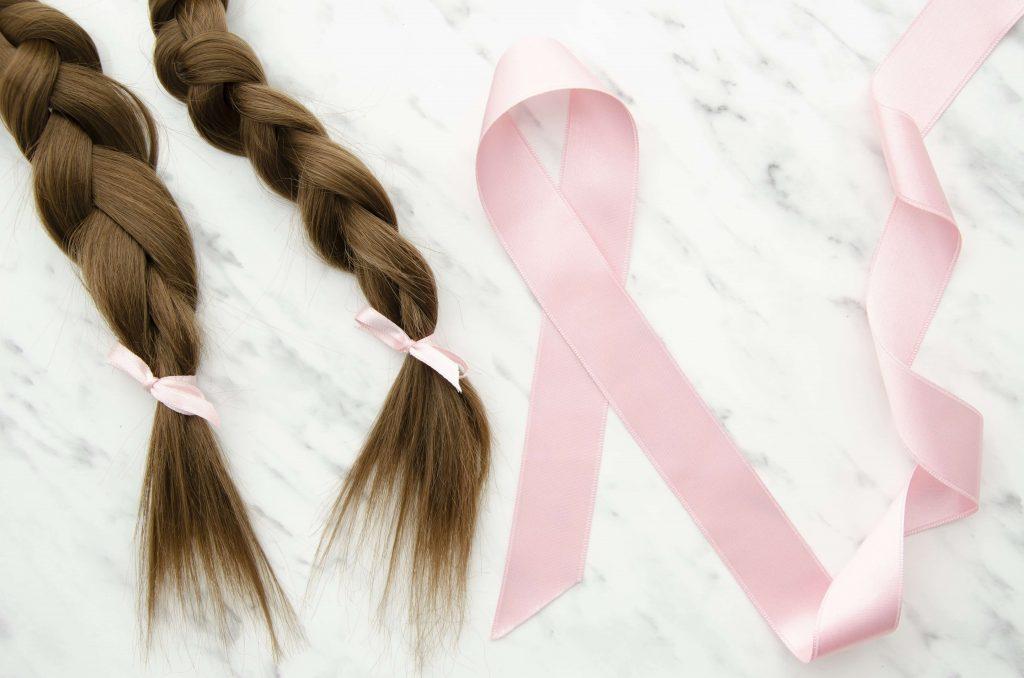 tranças de cabelo e o símbolo do outubro rosa