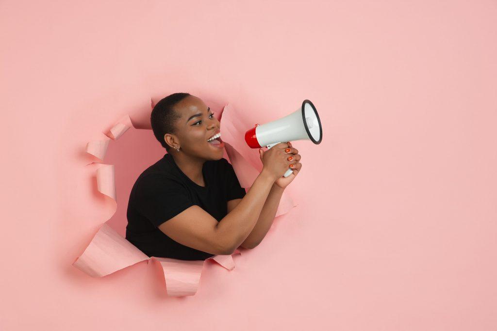 mulher negra com corte de cabelo big chop