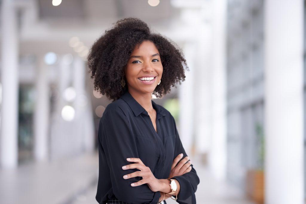 mulher negra elegante com a transição capilar