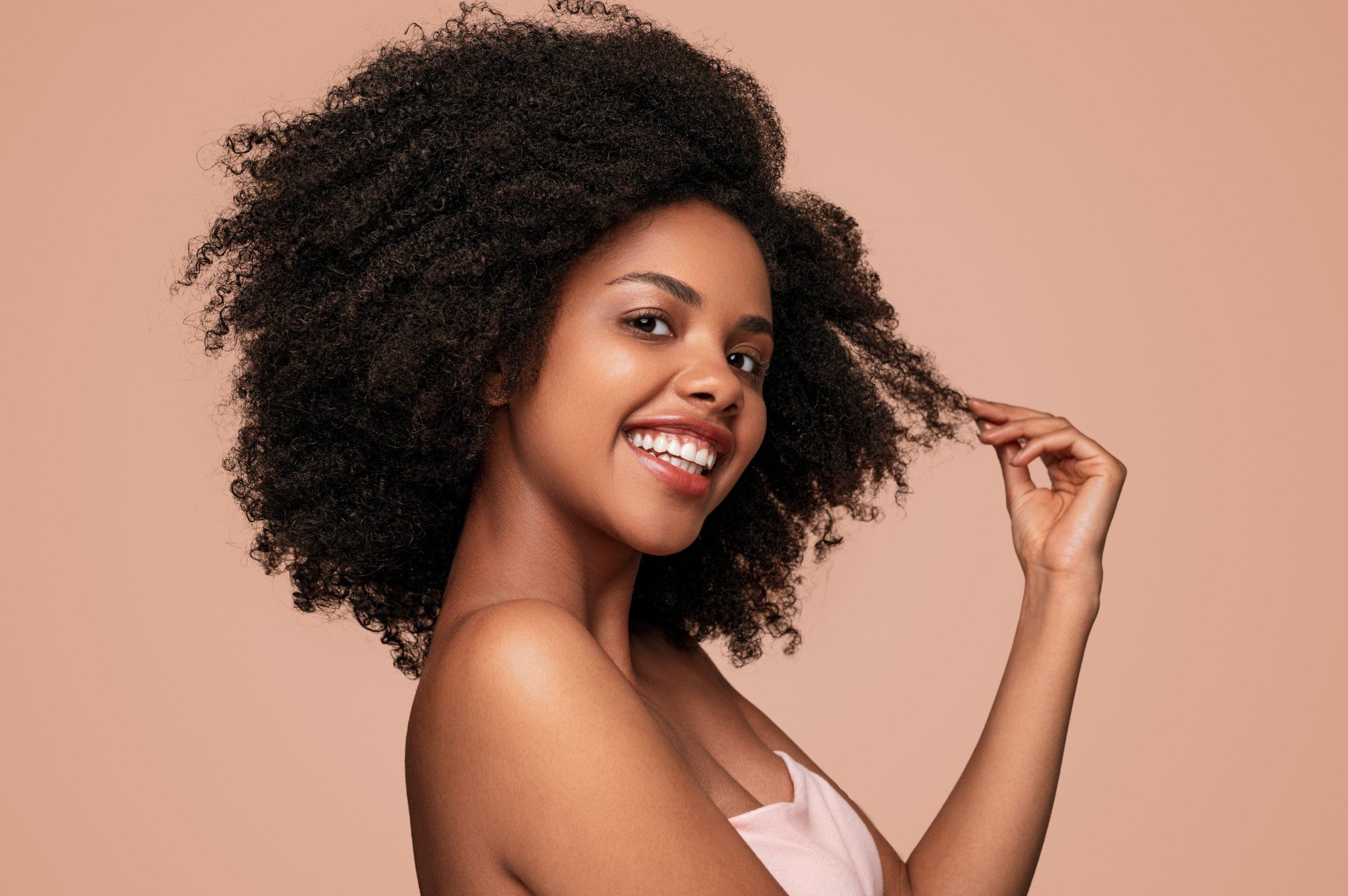 mulher negra linda com cabelo crespo - como fazer transição capilar